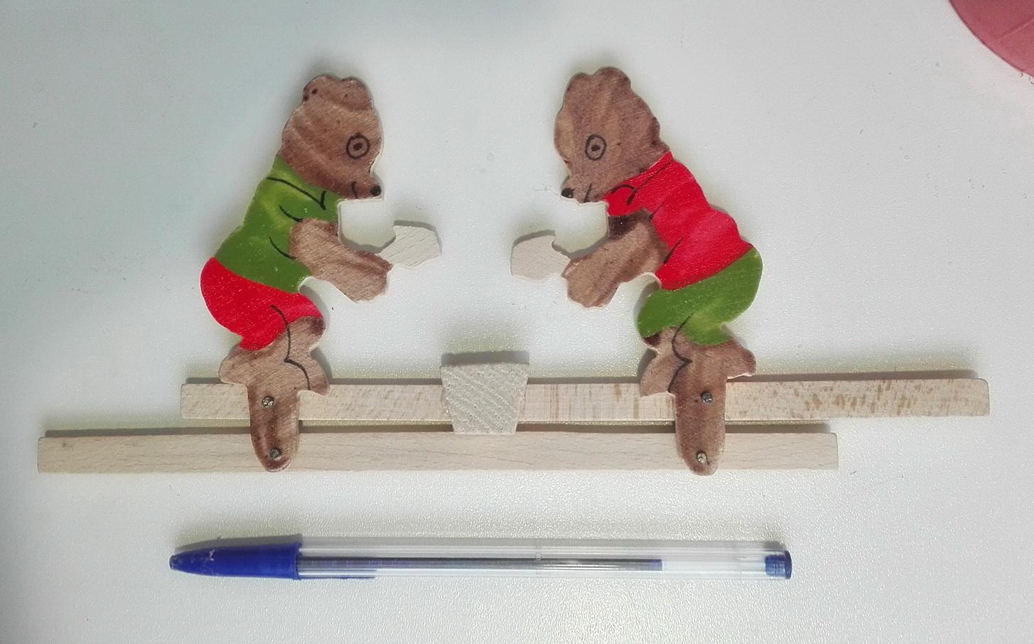 Мишки бьют по наковальне деревянная игрушка