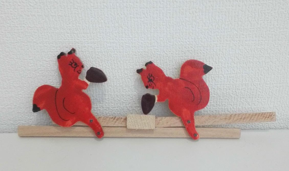 Белочки бьют по наковальне народная деревянная игрушка